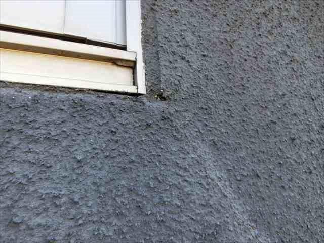 外壁のひび割れとピンホール