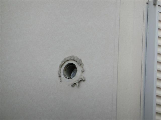外壁に空いたクーラー配管