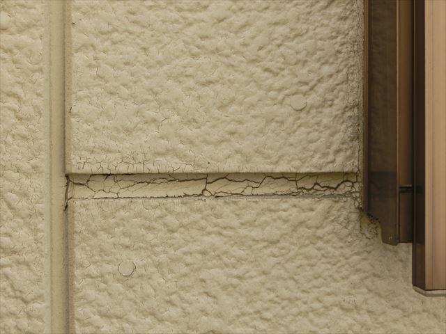 外壁シーリングのひび割れ