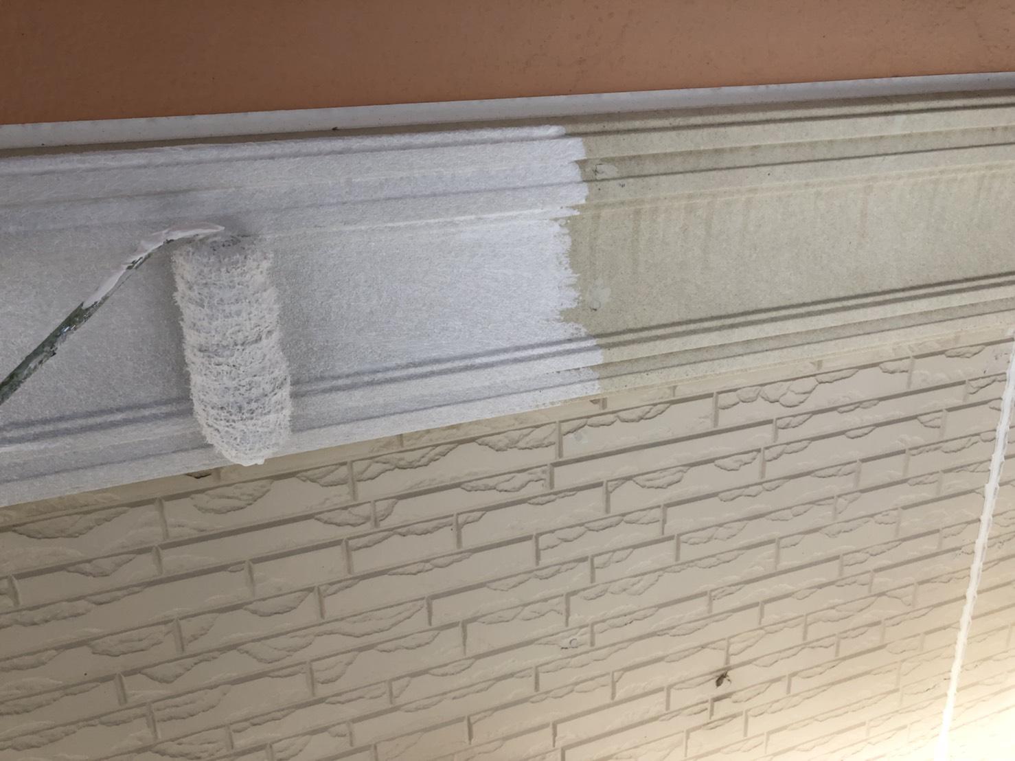 外壁の胴差モールの下塗り