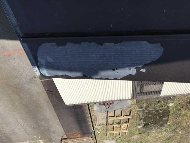 瓦棒屋根の塗膜のはがれ
