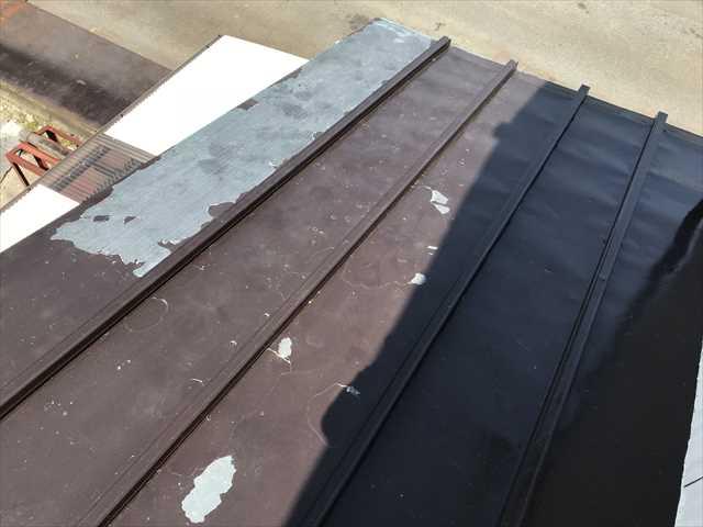 瓦棒屋根の塗膜剥がれ